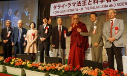 Haruo Saji, Kazuo Murakami, Akiko Katsumata, Susumu Sakurai, Moriya Okano, His Holiness the Dalai Lama, Akira Ikegami and Norio Kaifu together at the conclusion of their dialogue in Tokyo, Japan on November 17, 2013. Photo/Jeremy Russell/OHHDL
